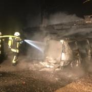 Brennt Carport und PKW